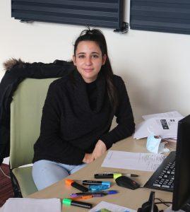 Héléne, ADV, au service des clients